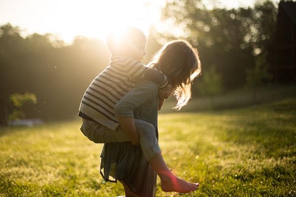 kids-in-sunny-field