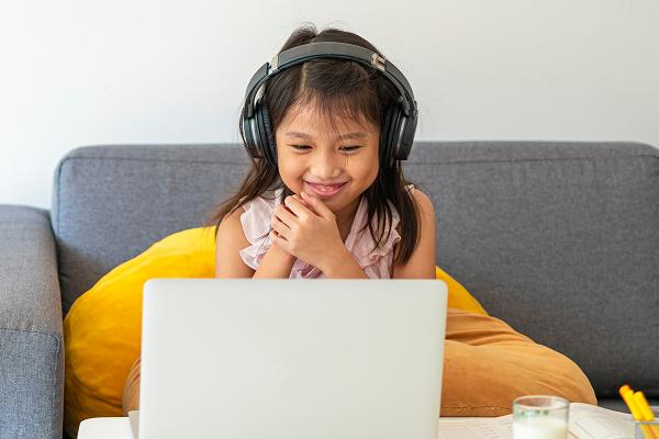 money-academy-girl-laptop-landing