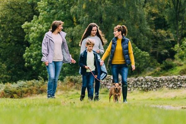 savings-family-walking